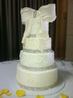 bling_and_bow_wedding_cake-2.JPG